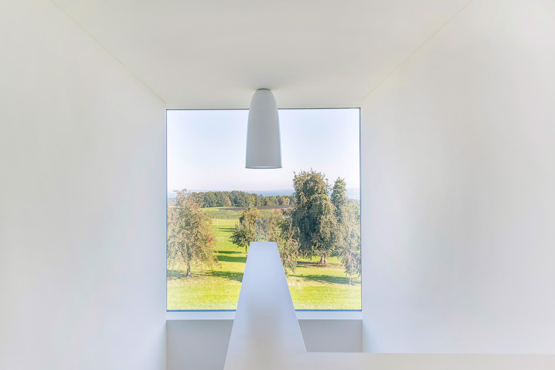 Pfister Klingenfuss Architekten, Haus H, Mörschwil, Blick durch Treppenfesnter